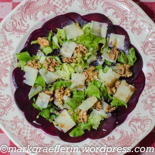 Rote-Bete-Carpaccio mit Endiviensalat, Walnüssen und Parmesan