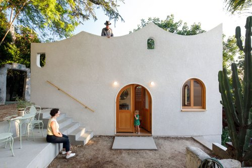 Filmmaker's writing studio is crowned with curved-profiled wall at the backyard of a house in LA