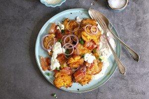 Crispy Smashed Potato Salad mit Bacon & Tsatsiki