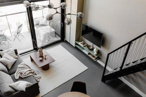 Un studio en duplex au design béton et métal