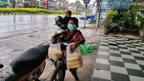 An 11-year-old boy from Chonburi devotes his time while out of school to sell boiled corn everyday to support his family during Covid-19 pandemic - The Pattaya News