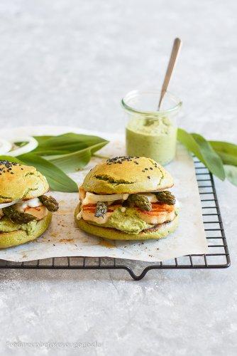 Vegetarischer Frühlingsburger mit Bärlauchhummus, Spargel und Halloumi