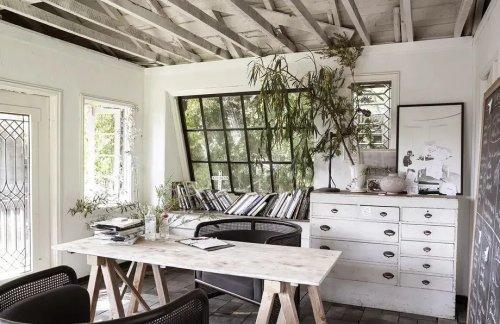 La maison en bois avec une piscine lagon d'une designer
