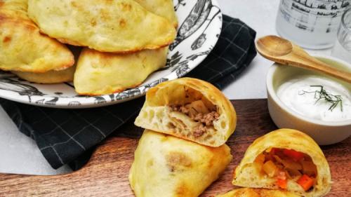 Russische Piroschki mit Weißkohl und Hackfleisch oder vegetarischer Füllung