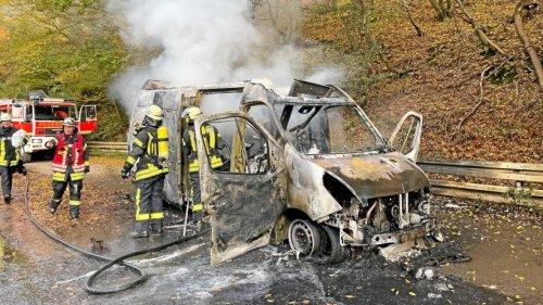 Hohenlimburg: Lieferwagen brennt auf Obernahmer Straße aus