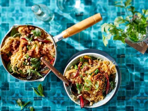 Bratnudel Rezepte: Asiatischer Genuss dreimal anders | Wunderweib