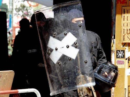 """Nach Ausschreitungen: Brandschutzprüfung: Polizei bricht in """"Rigaer 94"""" Türen auf"""
