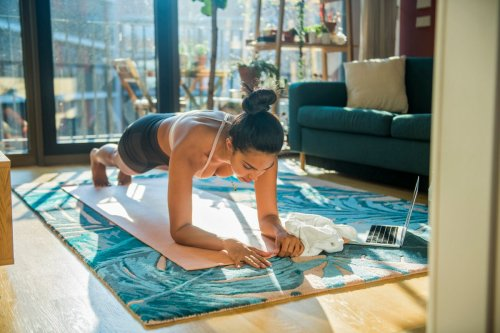 These 10-Minute Yoga Ab Workouts Will Torch Your Core