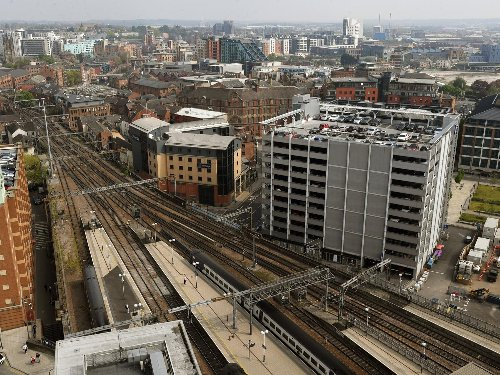 Rail travel chaos in Leeds as damaged overhead wires near station block lines - disruption expected all night
