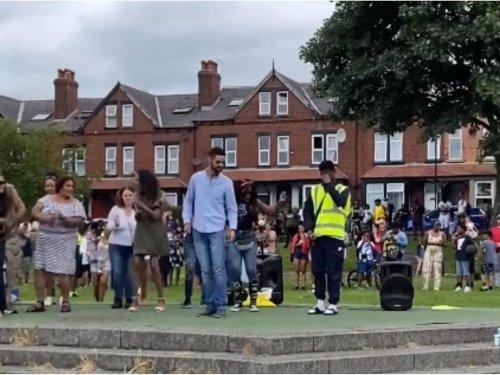 Hundreds gather in Leeds for 'ice lolly salute' in honour of Kooler Bar