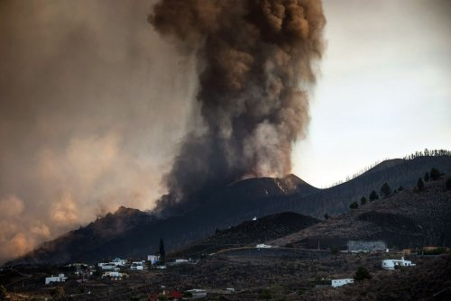 Travel warning for Brits as La Palma airport closes after volcanic eruption