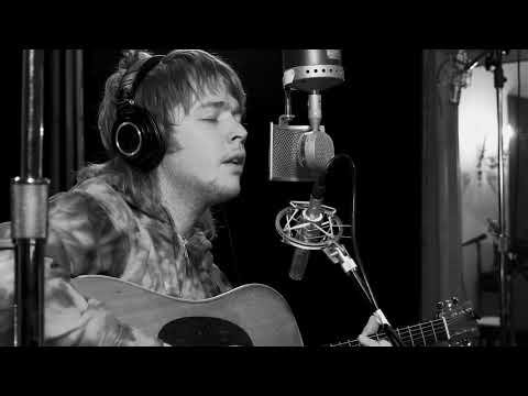 """Billy Strings Delivers A Spiritual Rendition Of The Willie Nelson Hit """"Uncloudy Day"""""""