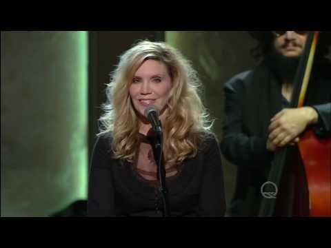 "Willie Nelson Chokes Back The Tears During Jamey Johnson & Alison Krauss' ""Seven Spanish Angels"" Tribute"