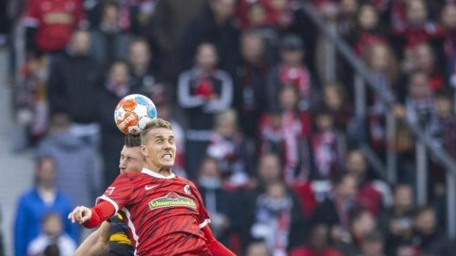 Fußball: Freiburgs Petersen mit Knieproblemen vor Spiel in Wolfsburg