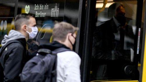 Kriminalität: Frau ohne Maske randaliert in Berliner Bus