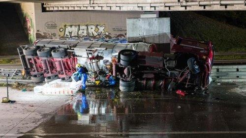 Unfälle: Tanklaster umgekippt: Gefahrgut läuft aus, A1 voll gesperrt