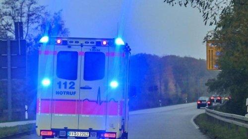Verkehrsschild trifft Rollstuhlfahrer: Schwer verletzt