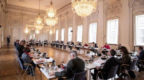 Kabinett: Kabinett berät über steigende Corona-Zahlen