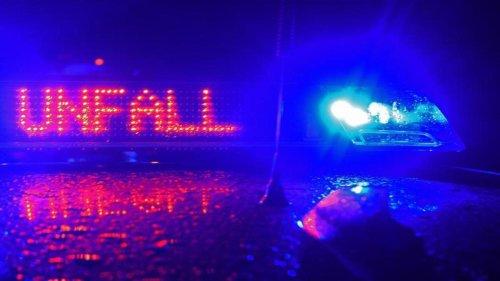 Unfälle: Auto prallt gegen Hänger und Baum: Fahrer schwer verletzt