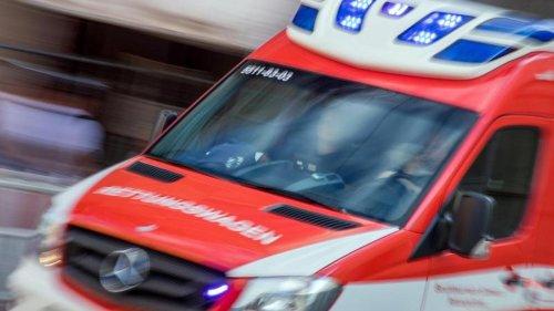 Unfälle: Radfahrer kracht gegen öffnende Autotür: Schwer verletzt