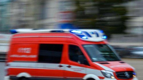 Mann bei Arbeit von Autofahrer schwer verletzt