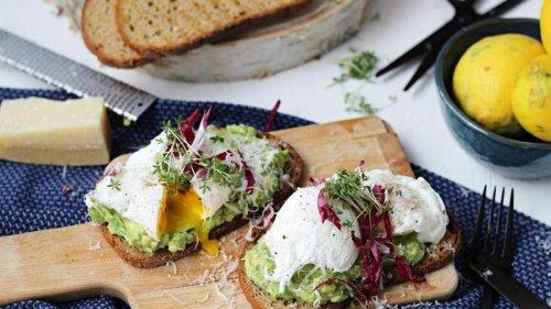 Rezept für Grillstulle mit Avocadocreme und pochiertem Ei
