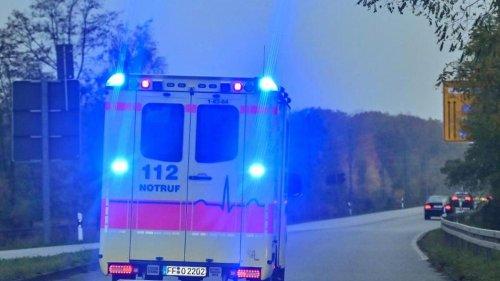 Bus stößt mit Auto zusammen: Zwei Verletzte