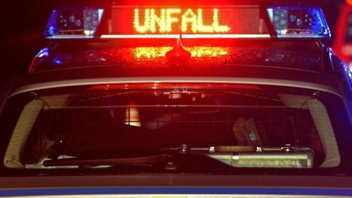 Autofahrer kollidiert mit Notarztwagen: Zwei Schwerverletzte
