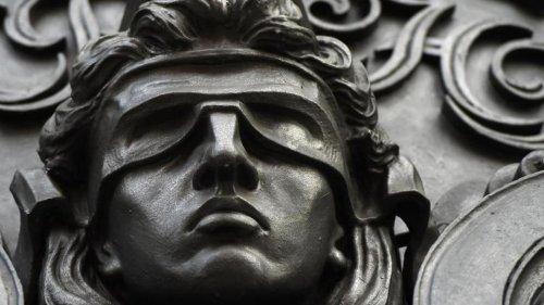 Kriminalität: Auf Massageliege stranguliert: Mann bestreitet Mord an Frau