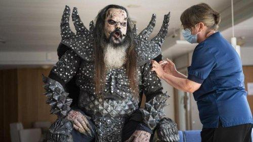 Pandemie: Lordi-Sänger lässt sich im Monsterkostüm impfen