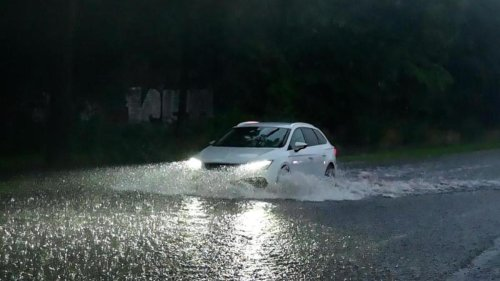 Wetter: Unwetter: Überschwemmte Straßen und vollgelaufene Keller