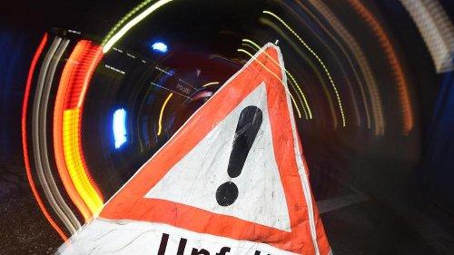 Zwei junge Leute lassen PKW nach Unfall auf Autobahn zurück