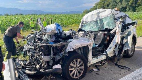 Verkehr: Bei Auffahrunfall: Vater stirbt, Mutter und Söhne verletzt