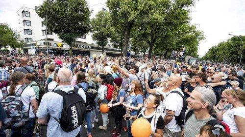 Demonstrationen: Demo-Verbote: Hunderte von Menschen auf der Kurfürstenstraße