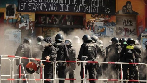 """Brandschutzprüfung:Polizei bricht in """"Rigaer 94"""" Türen auf"""