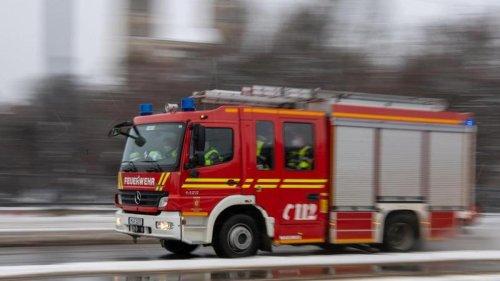 Baumaschinen brennen in Lagerhalle: Schaden in Millionenhöhe