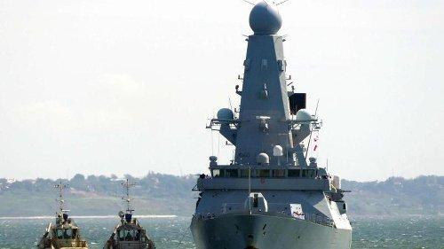 Russland warnt britisches Schiff mit Schüssen und Bomben