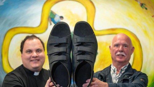 Leute: Münsterland: Sandalen für die wohl weltgrößten Füße