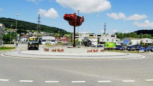"""Stadt-Land-Graben: """"Sehr wahrscheinlich ist dir einfach der Parkplatz in Zürich zu teuer."""" – """"Nein, ich habe kein Auto. Ich fahre nur gerne, wenn es Kürvli hat."""""""