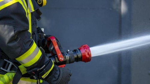 Brände: Auto fängt in Perleberg während der Fahrt Feuer