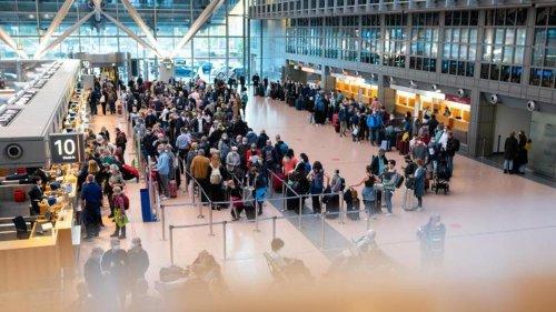 Luftverkehr: Viele Reisende am Flughafen: Schlangen am frühen Morgen