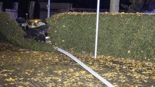Unfälle: Auto schleift umgerissene Straßenlaterne mit: Verletzte