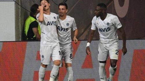 Fußball: Pfiffe, Jubel, Bierbecher: So lief Özils Rückkehr
