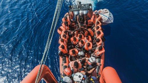"""Seenotrettung: Rettungsschiff """"Ocean Viking"""" sucht Hafen für 555 Geflüchtete"""