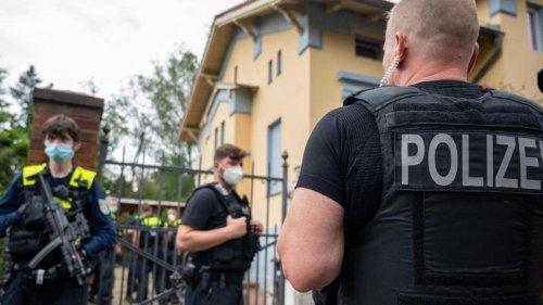 Kriminalität: Zaunbau an Clan-Villa in Neukölln: Polizei kommt mit SEK