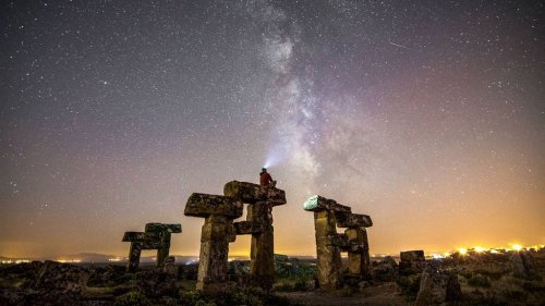 VIDEO: Stunning Time-Lapse Footage Of Milky Way Over Ancient Ruins - Zenger News
