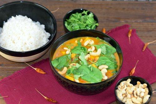 Kürbis-Curry mit Kokosmilch, Kichererbsen und Spinat - Zimt & Chili