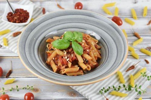 Penne Arrabiata mit Paprika und Oliven - schnell und einfach - Zimt & Chili
