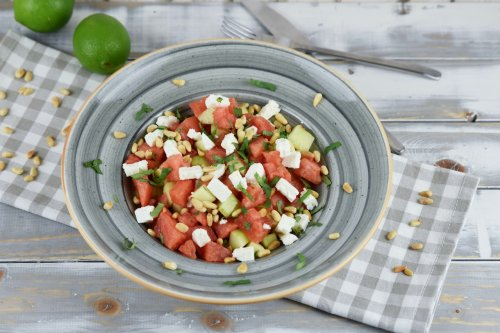 Wassermelonen-Feta-Salat mit Gurke, Minze & Pinienkernen