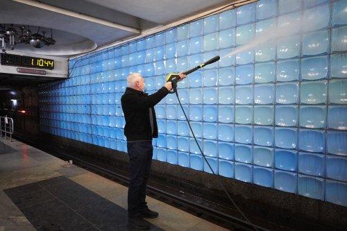 Старается перед выборами? Терехов показал гигантский шланг в харьковском метро
